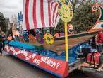 Carnavallers in Molenhoek steken de draak met lokale onderwerpen