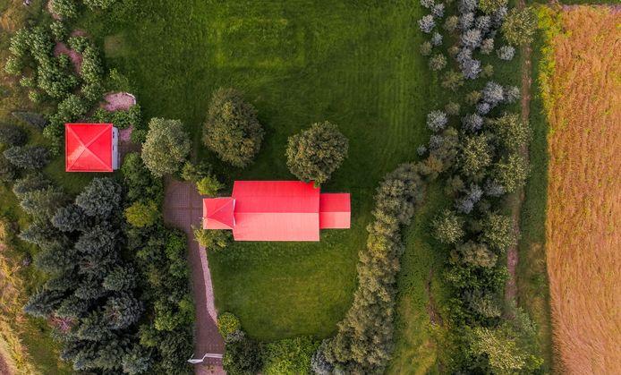 Met meerdere mensen bij elkaar wonen in een heel groot huis en een grote tuin.