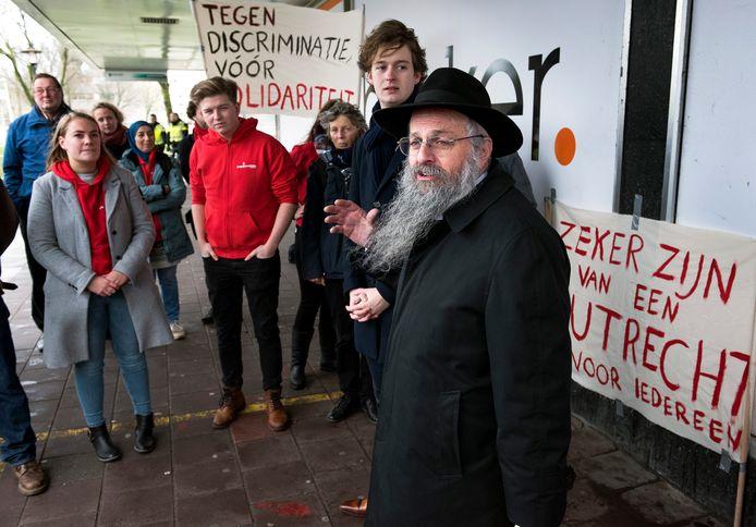 Utrecht - De rabbijn spreekt tijdens de demonstratie tegen antisemitisme in Kanaleneiland.