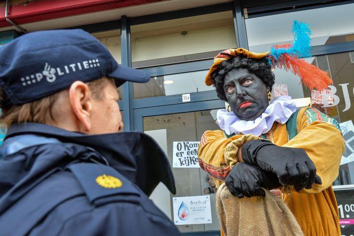 """,,Arresteer me dan!"""", zegt Pegida-voorman Edwin Wagensveld tijdens de Sinterklaasintocht in Apeldoorn tegen een agent. Dat gebeurde hier nog niet, maar even later werden hij en tien andere aanhangers wel aangehouden."""