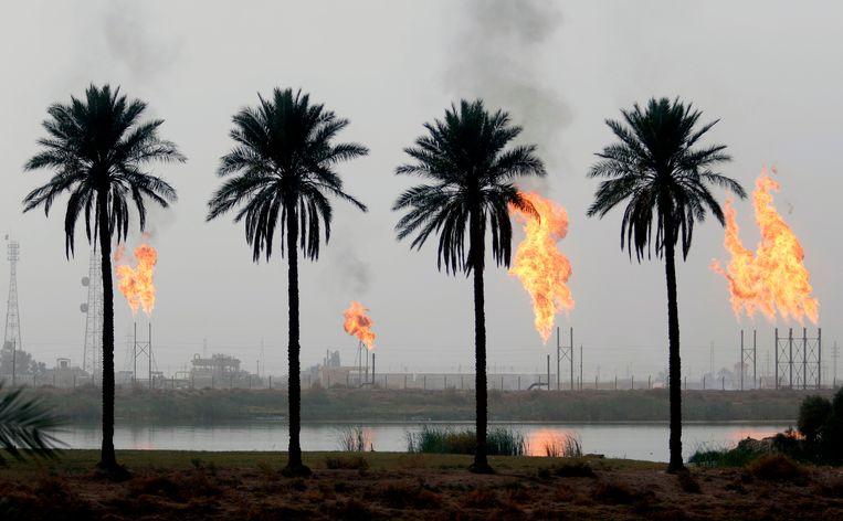 Affakkelinstallaties van de olie-industrie in de Iraakse stad Basra. Beeld AFP