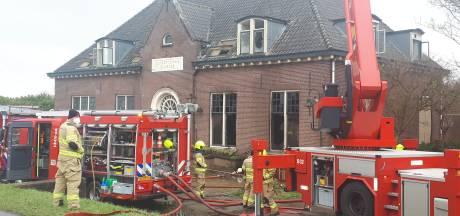 Politie gaat uit van brandstichting in voormalig gemeentehuis Angerlo: onderzoek loopt nog