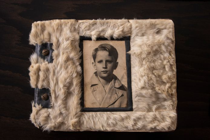 Oude logboeken van Scouts Prins Boudewijn in Wetteren met een jonge Prins Boudewijn op de cover.