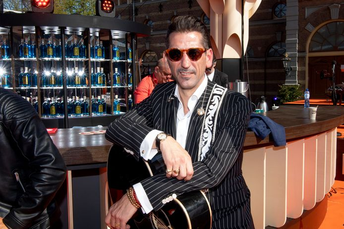 Danny Vera wordt naast muzikant ook dj bij Radio Veronica.