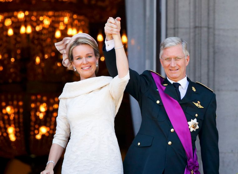 King Philippe of Belgium and Queen Mathilde salute the crowd from the balcony of the Royal Palace in Brussels July 21, 2013. Belgium is celebrating its National Day, which also marks the abdication of King Albert II of Belgium and the investiture of his eldest son Philippe.   REUTERS/Yves Herman (BELGIUM  - Tags: ENTERTAINMENT ROYALS)  (KING-BELGIUM) Beeld REUTERS