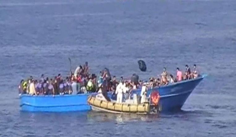 Opvarenden van een boot die gered worden, net voor de kust van het Italiaanse Lampedusa Beeld EPA