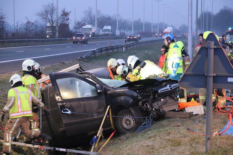 De brandweer kon de zwaargewonde chauffeur na 45 minuten uit het wrak bevrijden.