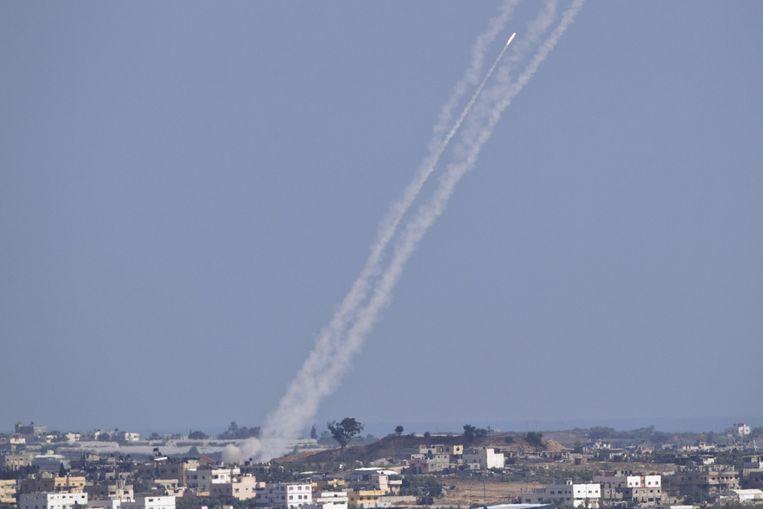 Archiefbeeld van juli 2014: Palestijnse militanten vuren een raket af vanuit Gaza op centraal Israël.