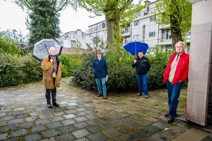 Stedenbouwkundige Elizabeth Poot, architect Jouke Post, wijkbewoner en SP'er Wijnand Rijnders en huurder Adrie Braber (vlnr) in de binnentuin van het met sloop bedreigde blok.