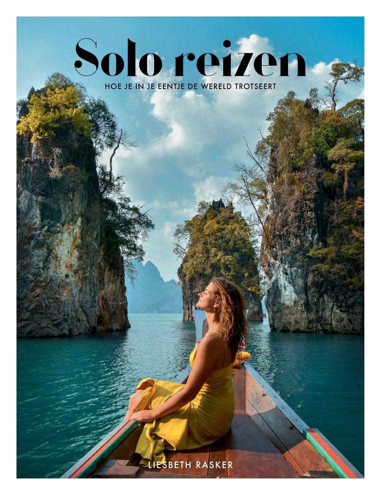 Soloreiziger Liesbeth Rasker van bagtoreality.com vertelt hoe je in je eentje op pad gaat in 'Solo reizen', € 22,50. kosmosuitgevers.nl. Beeld null