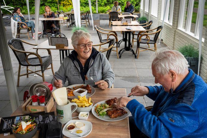 Bij eetcafé De Galgenwiel in Waalwijk hebben ze partytenten neergezet zodat gasten als Tea en Henk Polder ook bij slecht weer lekker kunnen eten in de buitenlucht.