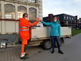 Milieuschepen Leen Goossens zet afvalophaler Johan in de kijker