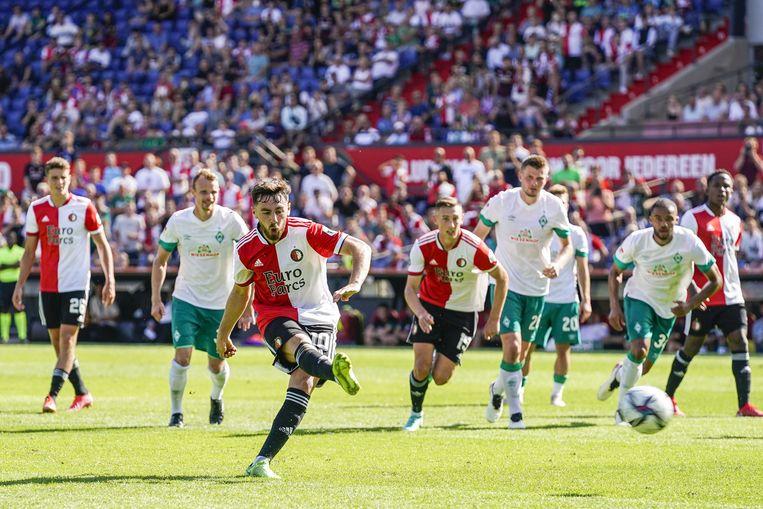 Met de flair van zijn voorganger met rugnummer 10, de naar Ajax vertrokken en verguisde Steven Berghuis, benut Orkun Kökcü een penalty tegen Werder Bremen. Beeld Tom Bode / ANP