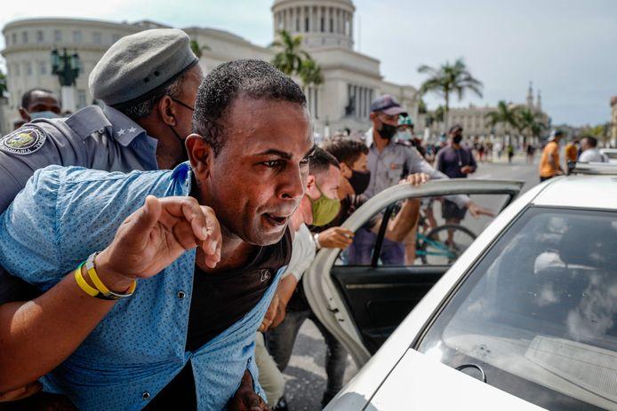 Archiefbeeld. Een man wordt gearresteerd tijdens een antiregeringsdemonstratie in hoofdstad Havanna. (11/07/2021)