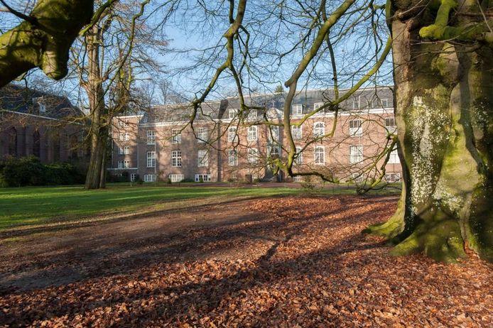 Vooraanzicht van Groot Bijstervelt, met links de kapel en rechts van het midden het oorspronkelijke kasteelgedeelte.
