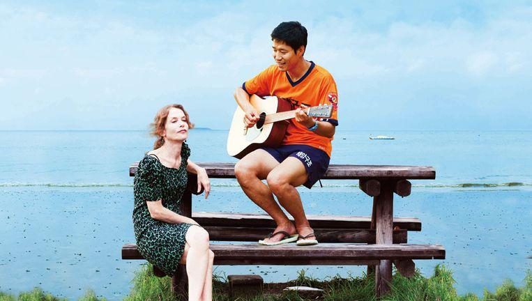Isabelle Huppert (L) in In Another Country van Hong Sang-soo. Beeld Jeonwonsa Film