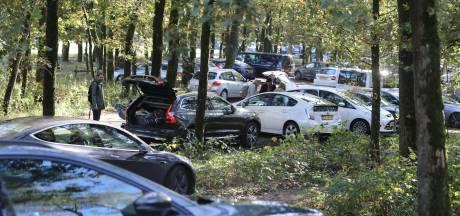Dagjesmensen overspoelen Lage Vuursche, gemeente sluit toegangswegen af: 'Ga ergens anders recreëren'
