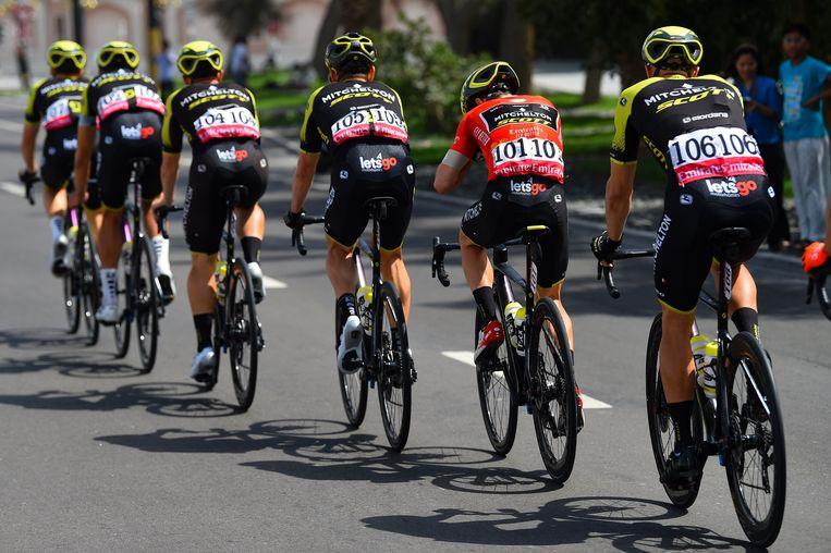 Renners van Mitchelton-Scott houden hun kopman Adam Yates goed vooraan tijdens de UAE Tour, dit voorjaar. Beeld Photo News