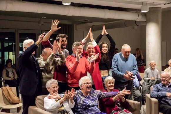 De 80 jarigen kijken samen met Olga en Sieg naar de laatste aflevering.