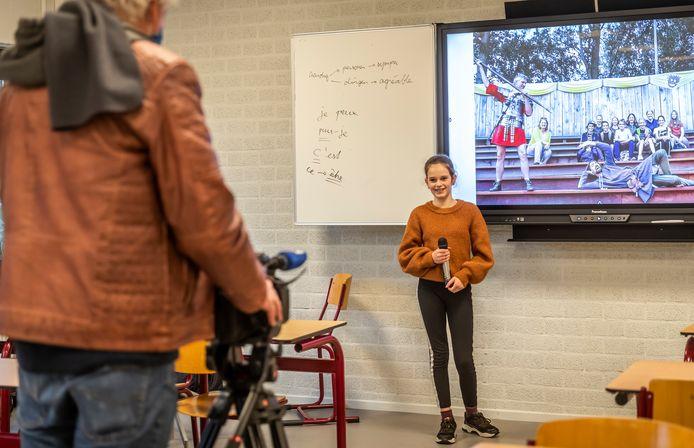 Leerling Yara Verberne speelt een rol in de virtuele tour door het Varendonck College in Asten, die in plaats komt van de fysieke open dag.