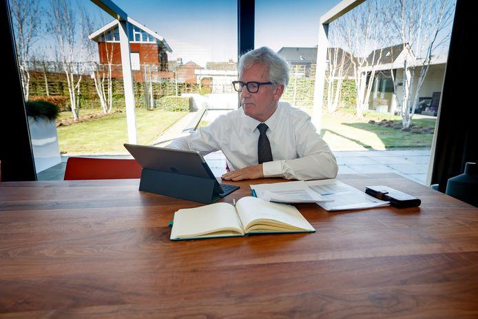 Door de coronacrisis moeten ook burgemeesters zoals Jac Klijs van Moerdijk veel vanuit huis werken.
