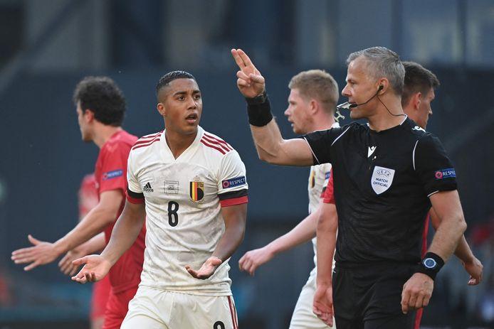 Bjorn Kuipers spreekt de Belg Youri Tielemans toe tijdens de wedstrijd tegen Denemarken.