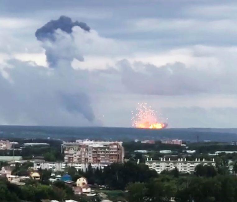 Verschillende explosies zorgden voor een een gigantische brand in de munitieopslagplaats. Bewoners van de stad Atsjinsk moeten veiliger oorden opzoeken.