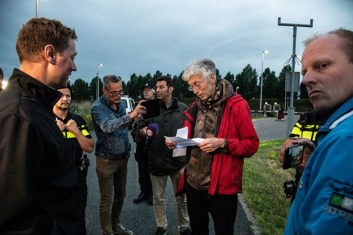 Johan Vollenbroek leest afgelopen woensdag een brief van boze boeren. Zij wilden hem de brief thuis in Nijmegen overhandigen, maar mochten van de politie de stad niet in. Vollenbroek spande bij de rechtbank in Den Bosch ook een procedure aan tegen de verleende milieuvergunning voor de Amercentrale. Deze zaak loopt nog.