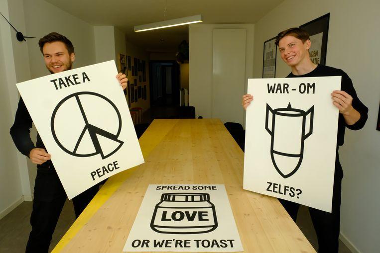 Tom en Dennis met enkele van hun posters uit de reeks Spread Some Love