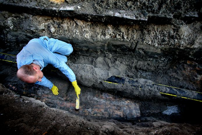 Jeroen Ras uit Strijen aan het werk tijdens een van de vele keren, dat hij in zijn woonplaats op 'jacht' mocht naar archeologische vondsten.
