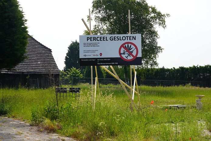 Het terrein van Jan B. aan de Hulteneindsestraat in Hulten is definitief voor de duur van 24 maanden gesloten vanwege overtreding van de Opiumwet.
