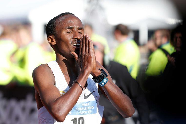Abdi Nageeye viert zijn overwinning op het NK marathon in 2017. Beeld Bas Czerwinski