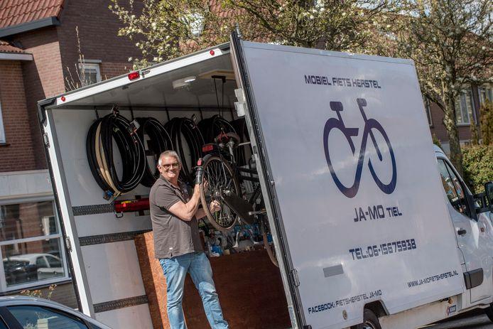 Jan van Mouwrik met zijn 'fietsbus'.