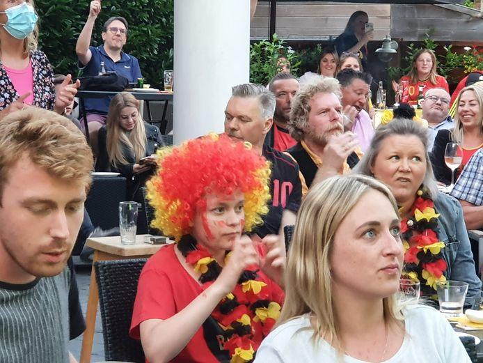 Rode Duivelfans kijken in spanning naar de match tegen Italië.