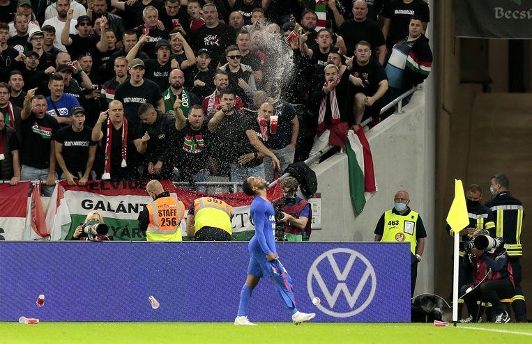 Raheem Sterling krijgt drinkbekers en verwijten naar zijn hoofd gesmeten door de Hongaarse fans. Beeld Photo News