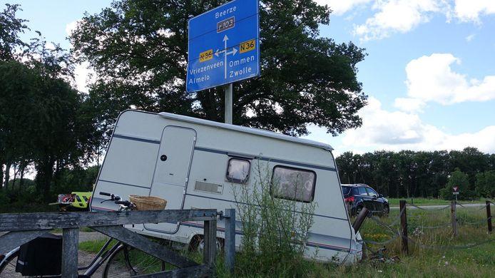 De caravan kwam naast de weg tot stilstand.