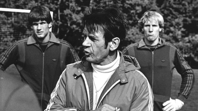 Op de foto coach Jan Zwartkruis (midden). Achter hem de twee doelverdedigers Joop Hiele (links) en Hans van Breukelen. Beeld ANP