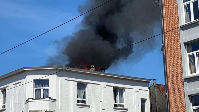 De rookpluim komt uit het dak van het gebouw.