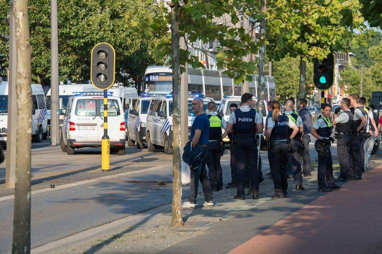 Politie in Mortsel na de aanval van Antwerp-hooligans op supportersbussen van Beerschot-Wilrijk die terugkwamen van de uitwedstrijd op Lierse  op 13 augustus 2017.