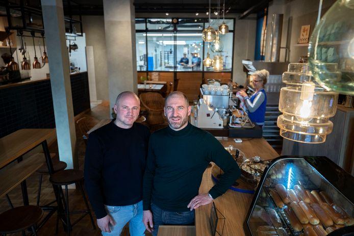 De broers Bart en Luc Houben in maart in hun nieuwe worstenbroodbakkerijwinkel die niet open ging. Dinsdag werd het faillissement uitgesproken.