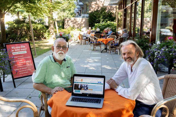 Ontmoet en  Groet Huys gaat cursussen aanbieden van SeniorWeb, links Hans Slot, rechts Hubert Cornelis.
