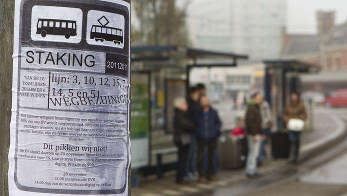 Affiches kondigden de staking in het Openbaar Vervoer aan. De bonden zijn het oneens met de bezuinigingen en de verplichte aanbesteding van het openbaar vervoer in de drie grote steden. Op 12 december is er weer en staking aangekondigd.