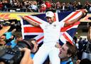 2018: Lewis Hamilton gaat op de schouders nadat hij, opnieuw in Mexico, zijn vijfde wereldtitel in de wacht heeft gesleept.