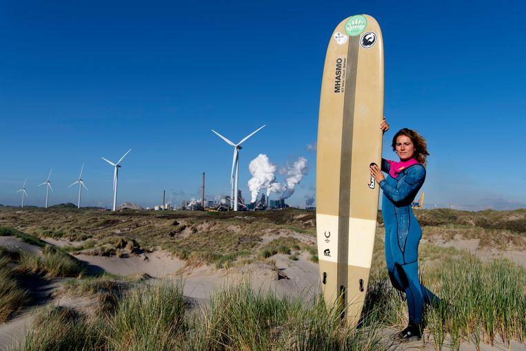 Surfster Anne Albers doet ook aangifte tegen Tata Steel. Beeld Olaf Kraak