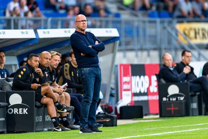 Fred Grim kijkt toe hoe zijn ploeg met 2-1 van FC Groningen wint.