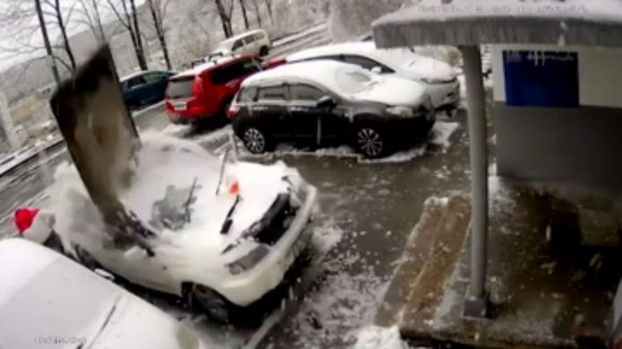 Cet homme a eu beaucoup de chance. Une énorme dalle de béton s'est écrasée sur sa voiture.