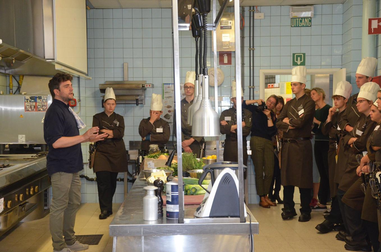 Wim Ballieu spreekt de leerlingen van de hotelschool toe.