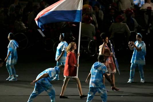 Marlou van Rhijn draagt de Nederlandse vlag het stadion binnen.