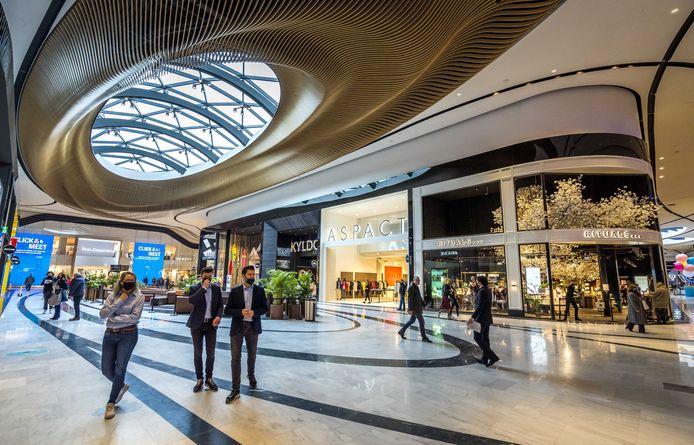 De Westfield Mall of The Netherlands telt meer dan tweehonderd winkels, horecagelegenheden en een bioscoop, een bowling, een gamehal en een Instagram museum.