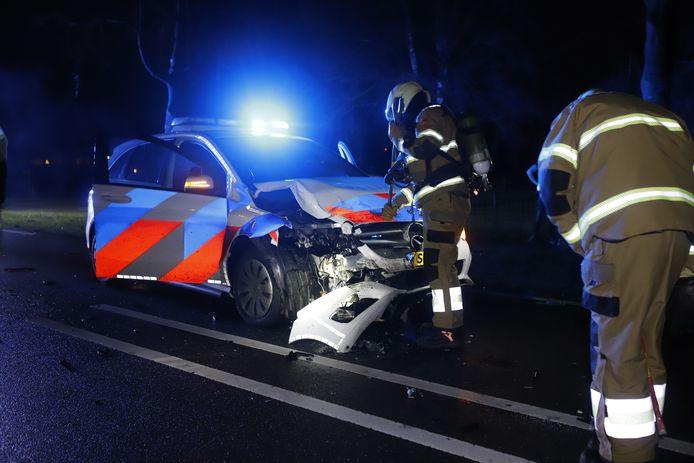 De zwaar beschadigde politiewagen na het ongeluk in Oeffelt.